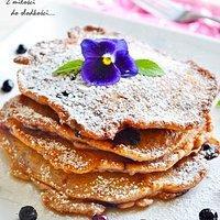 Czekoladowo-waniliowe pancakes z jagodami
