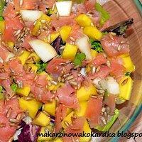 Sałatka z wędzonym łososiem, gruszką i mango